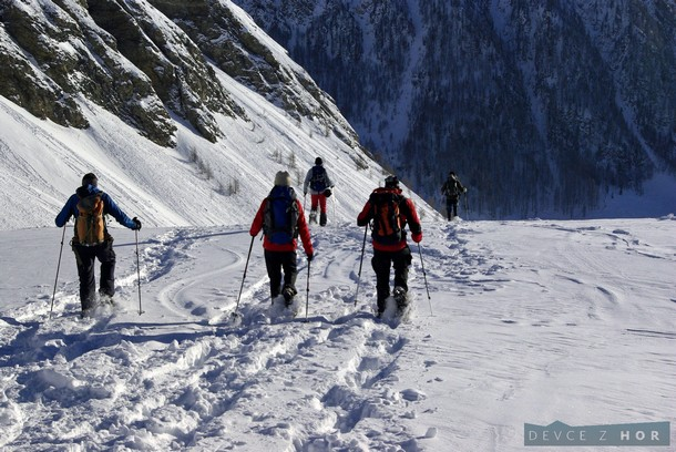 Pro některé výhoda - pro  některé nevýhoda sněžnic: z kopce to prostě nejede. Lyžaři by nás za ten zoraný svah asi moc nepochválili.