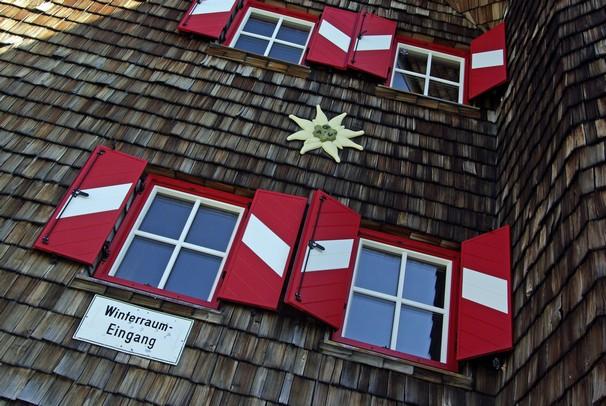 Oberwalderhütte v téměř 3 000 nad mořem. Jedna KWh může znamenat náklad až 4 €, proto byla předloni téměř celá střecha pokryta solárními  panely.