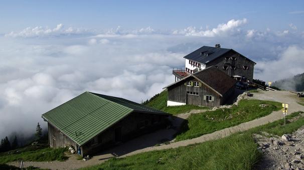 Grüttenhütte v pohoří Wilder Kaiser. Zde je zásobování snadné - k chatě dojede jeep.