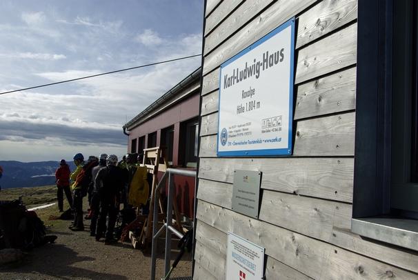 Na cedulce u chaty je napsáno, kdo je vlastník - u Karl Ludwig Haus (Raxalpe) je to Rakouský turistický klub. Zásobování se řeší lanovkou.