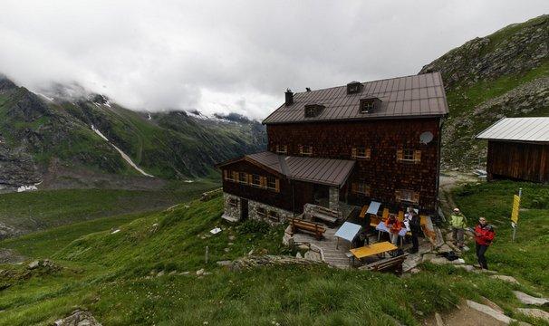Varnsdorferhütte u Krimmelských vodopádů. Kuchyň maximálně využívá produktů farem dole z údolí, denně tak je k snídani čerstvé máslo, mléko, vynikající sýry.