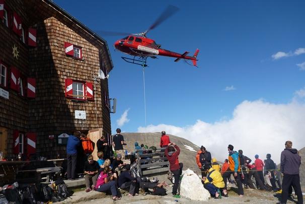 Vrtulníkem se transportuje nejen jídlo, ale veškerý materiál k provozu chaty. Stavební náklady jsou více než dvojnásobné oproti práci v údolí.